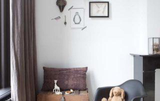 Grove mauvekleurige linnen gordijnen in de kinderkamer - semi-transparant