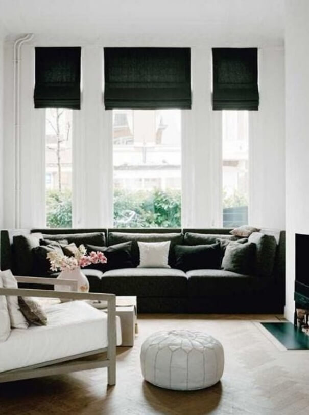 Donker groene linnen vouwgordijnen in woonkamer