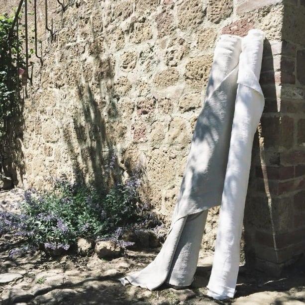 Rollen linnen stoffen - in de zon