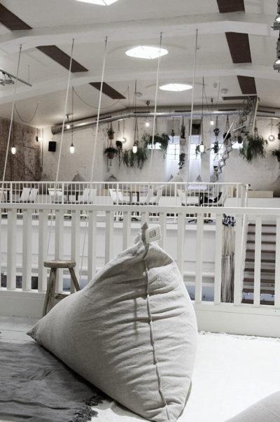 Zitzak van linnen bij Coffee & Coconuts - Atelier Sukha