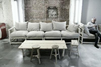 Zitbank van linnen bij Coffee & Coconuts - Atelier Sukha