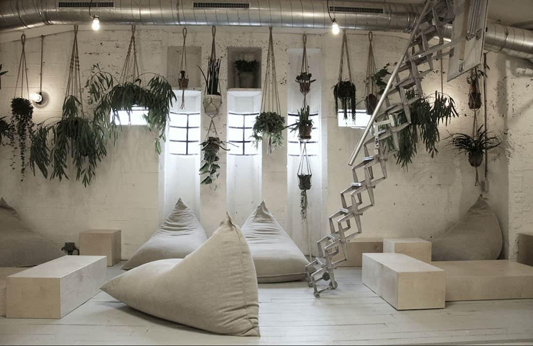 Linnen accenten en hangplanten bij Coffee & Coconuts - Atelier Sukha