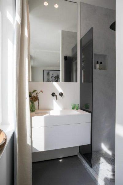 Moderne badkamer met linnen gordijnen - DSTRCT