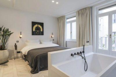 Sfeervolle slaapkamer met badkamer en suite - DSTRCT