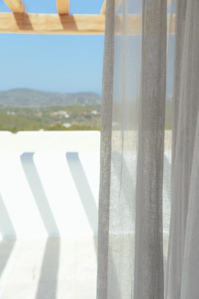Grijze gordijnen met een prachtig uitzicht - St Juan Ibiza