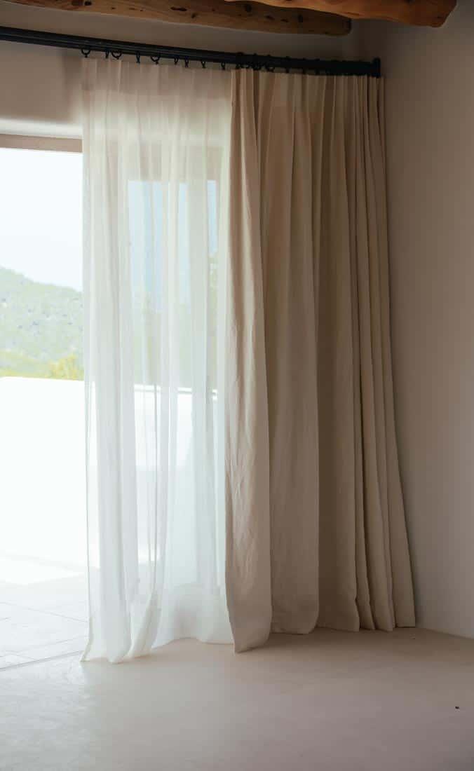 Vitrage en verduisterende gordijnen in de slaapkamer - St Juan Ibiza