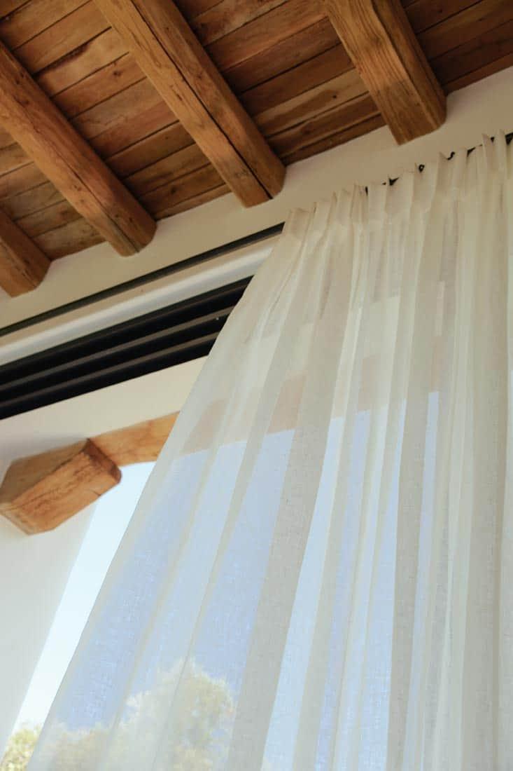 Gordijnen op rails met houten plafond - St Juan Ibiza
