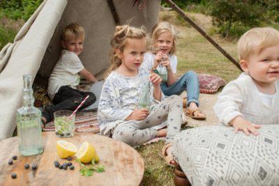 Spelende kinderen in de achtertuin - Fabulous Mama