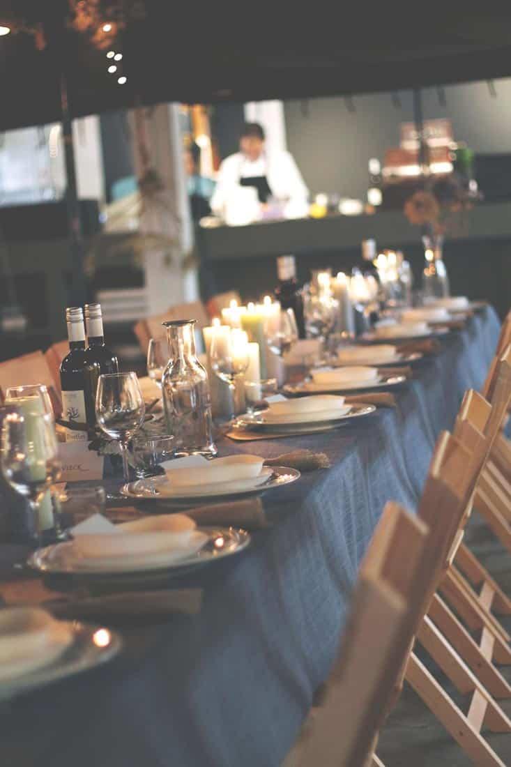 Gedekte tafel met linnen tafelkleed en kaarsen - Hutspot