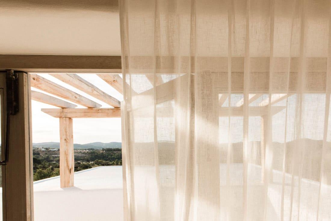 Linnen gordijnen met mediterraans uitzicht - Ibiza Interiors
