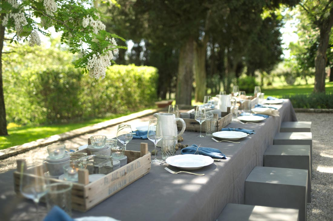 Gedekte tafel in onder de bomen - La Saracina