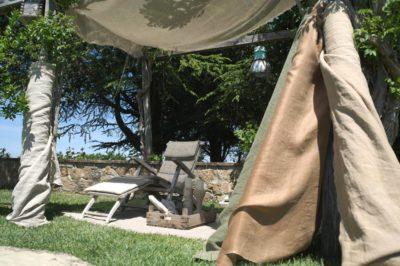 Schuilen van de zon dankzij linnen stoffen - La Saracina