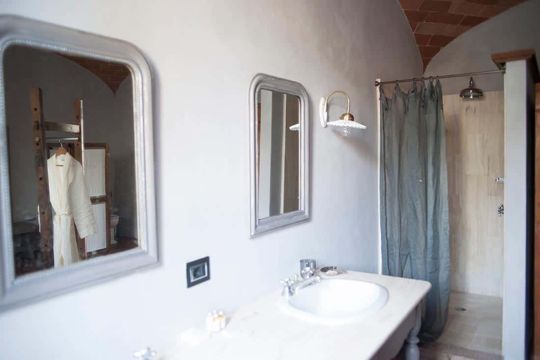 Badkamer met een linnen douchegordijn - La Saracina