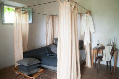 Bed bekleed met linnen stoffen - La Saracina