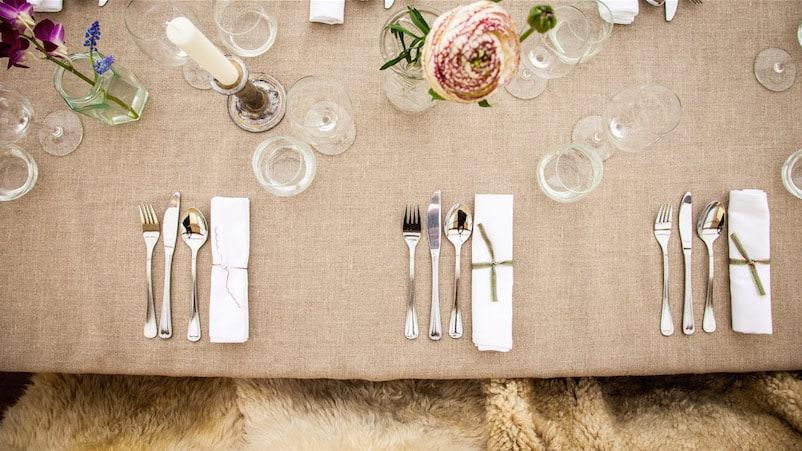 Linnen tafellaken met zilveren bestek - MEK Styling