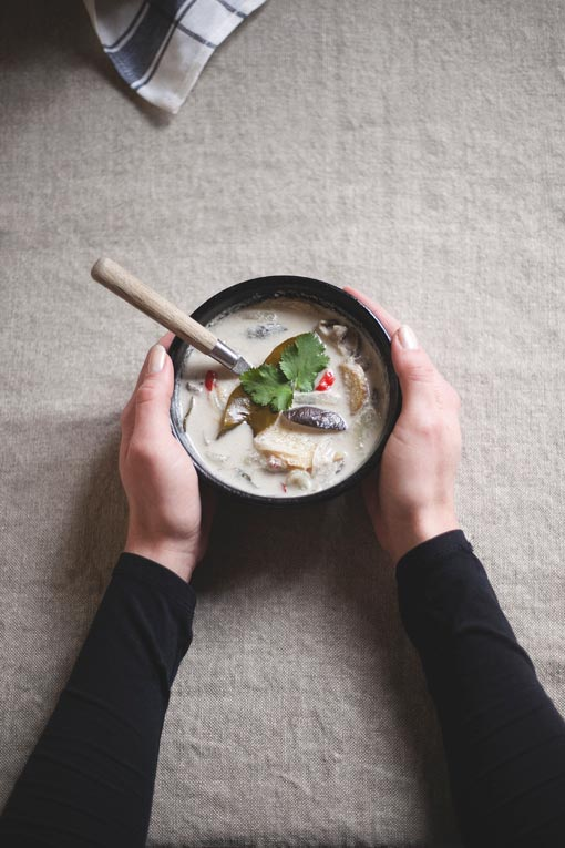 Kommetje warme soep op linnen tafelkleed  - Sla Kookboek
