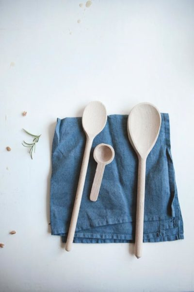 Houten spatels op een blauw linnen doek - Sla Kookboek