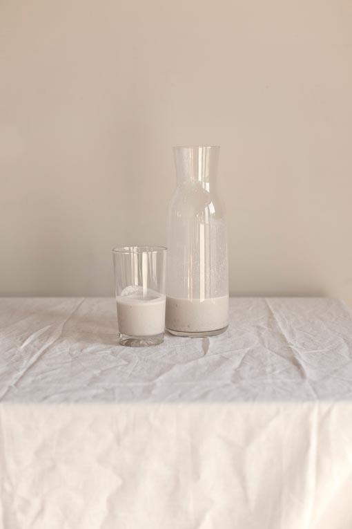 Zuivel op een wit linnen kleed - Sla Kookboek