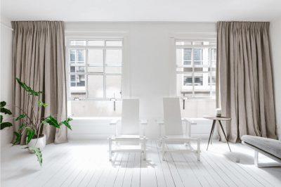 Frisse kamer met warme gordijnen