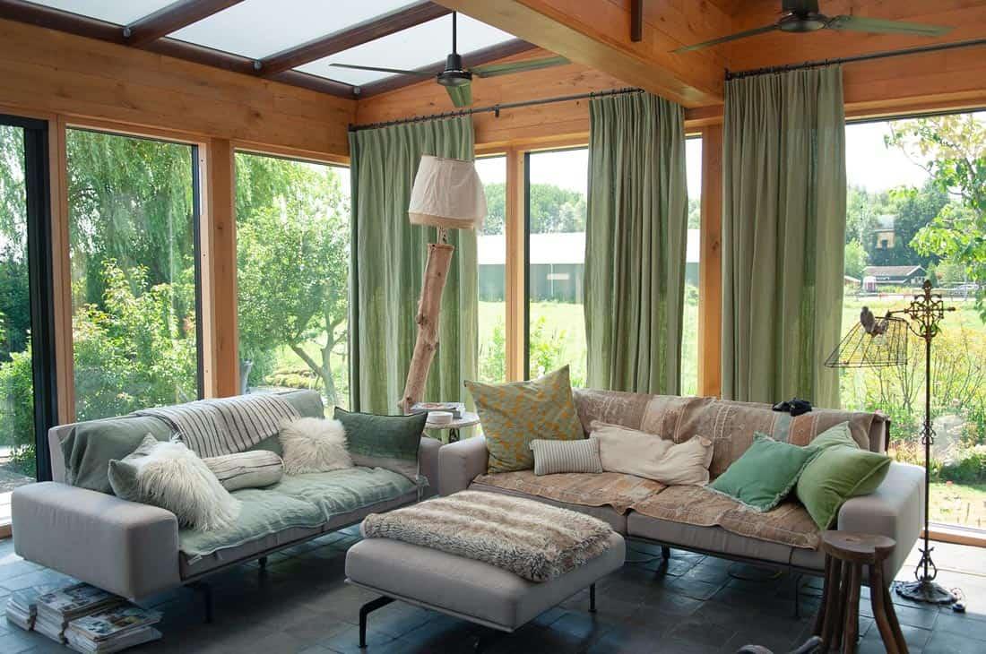 Een natuurlijke serra met hout en linnen