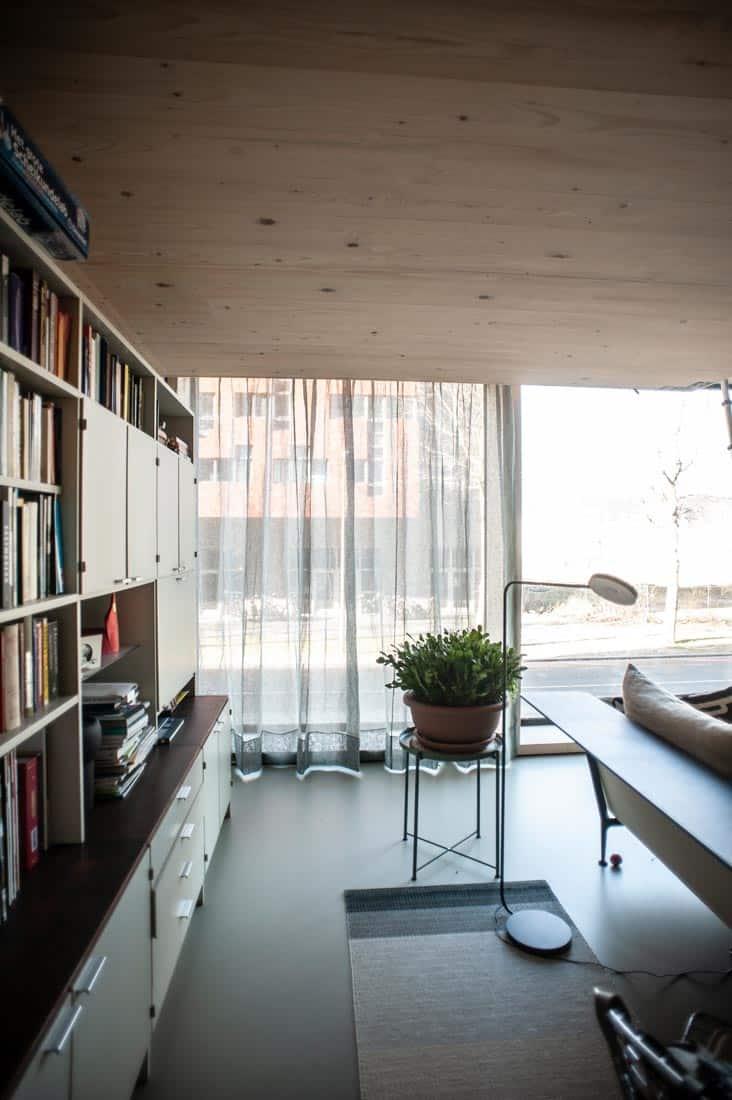Modern interieur met linnen vitrage