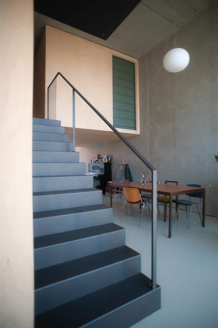 Trap in een modern huis net linnen vouwgordijn