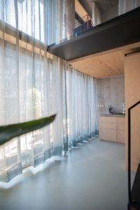 Lange linnen gordijnen over twee verdiepingen