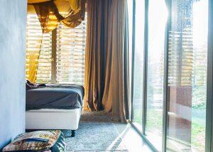 Warme slaapkamer met gele linnen gordijnen