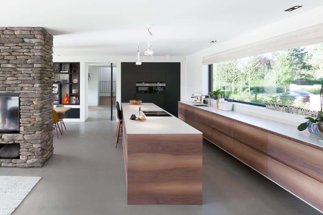 Lange en moderne keuken met hout accenten