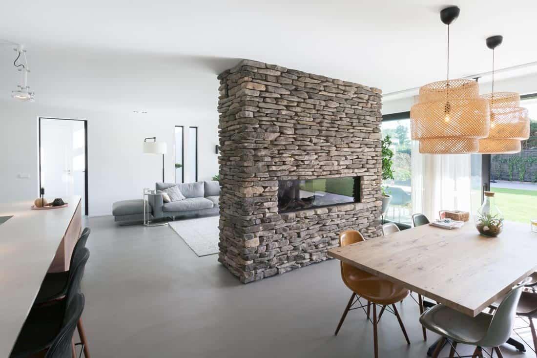 Warme huiskamer natuurlijke tinten en elementen