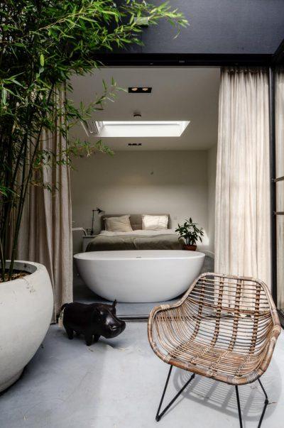 Bad naast opengeslagen deuren
