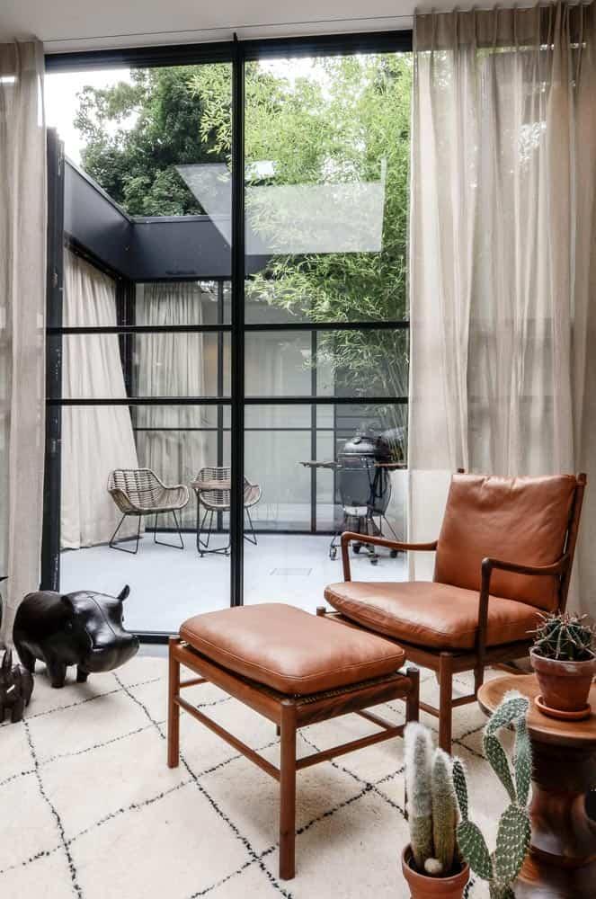 Retro stoel voor een modern kozijn met linnen gordijnen