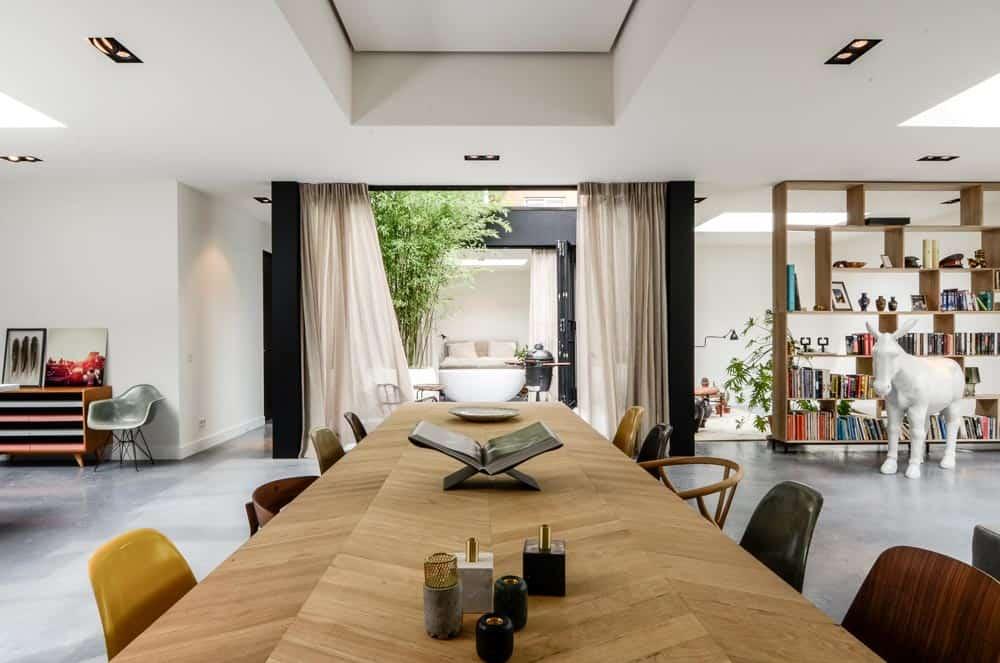Lange houten tafel in een ruimte kamer