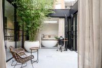 Een knus patio met een vrijstaand bad