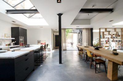 Ruime woonkamer met een betonen vloer