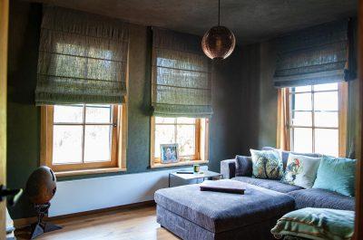 Donkere kamer met groene vouwgordijnen