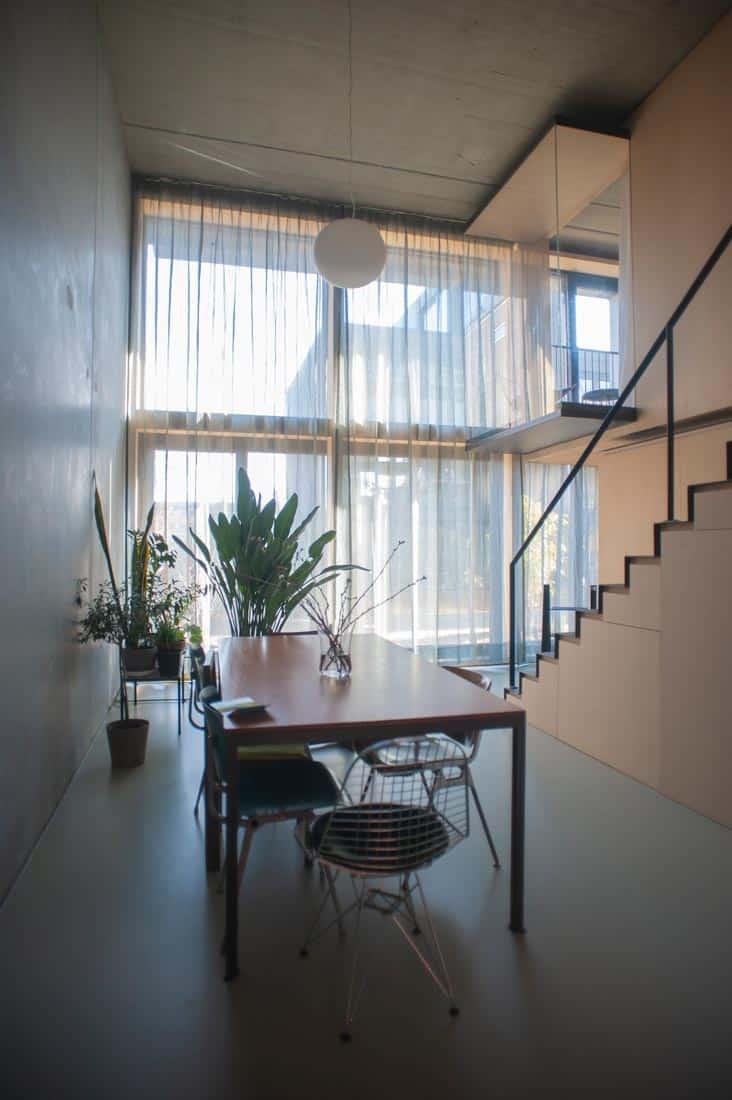 Extra lange gordijnen die twee verdiepingen bedekken