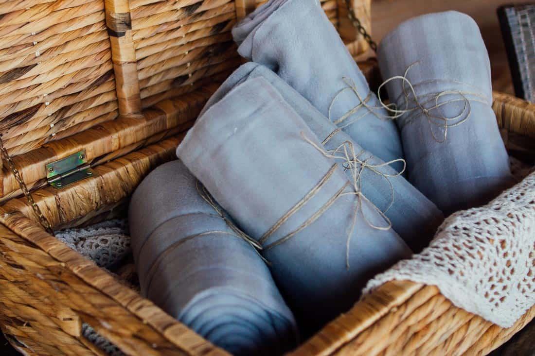 Stoffen in een mand met een strik