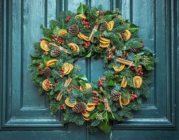 kerst krans aan de voordeur
