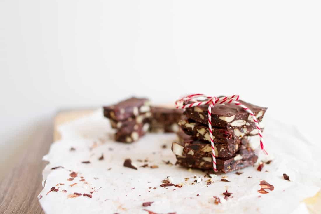 Stapeltje zelfgemaakte chocolade met een strikje