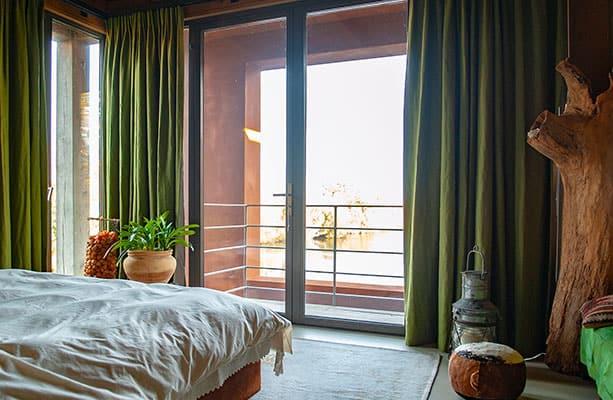 Kleurrijke slaapkamer met groene gordijnen