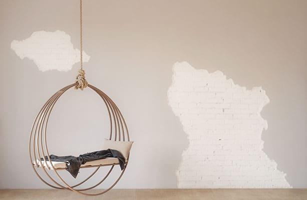 Schommelstoel in een open ruimte