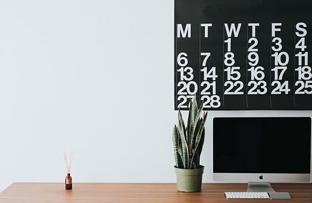 opgeruimde werkplek met een kalender