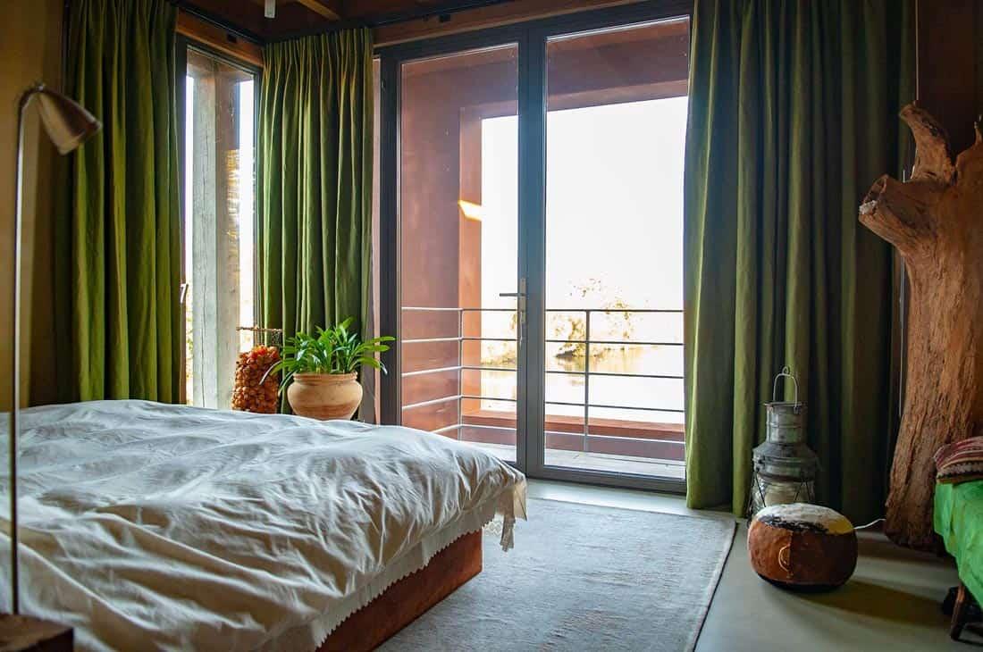 Slaapkamer met verduisterende Kensington Olive gordijnen