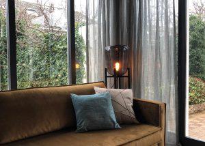 Vintage lamp met transparante linnen gordijnen in de vtwonen aflevering