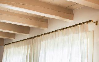 Klassieke bronzen roede in een witte kamer