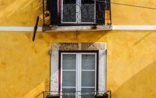 Gele appartementen gevel