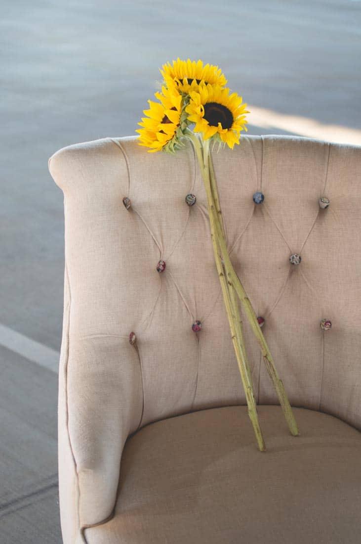Gele zonnebloemen op een fauteuil