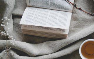 Een boek lezen op je bed van linnen