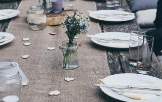 Gedekte tafel met een juten loper